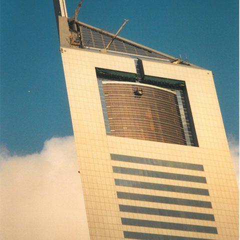 Porte guillotine sur une tour à Dubaï à 270m du sol